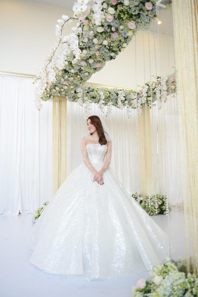 """Ngắm bộ váy cưới """"Lọ Lem"""" trị giá 400 triệu của Lê Hà, dân tình cũng mê chiếc váy trắng của """"công chúa tí hon"""" không kém - Ảnh 1."""
