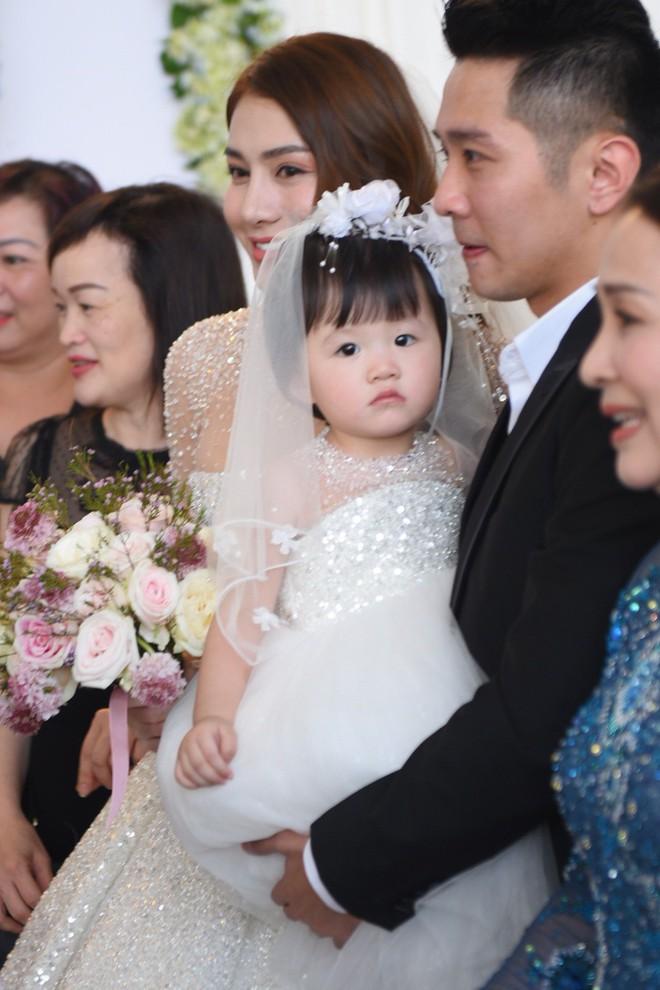 """Ngắm bộ váy cưới """"Lọ Lem"""" trị giá 400 triệu của Lê Hà, dân tình cũng mê chiếc váy trắng của """"công chúa tí hon"""" không kém - Ảnh 6."""