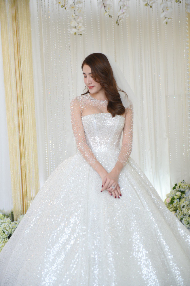 """Ngắm bộ váy cưới """"Lọ Lem"""" trị giá 400 triệu của Lê Hà, dân tình cũng mê chiếc váy trắng của """"công chúa tí hon"""" không kém - Ảnh 2."""
