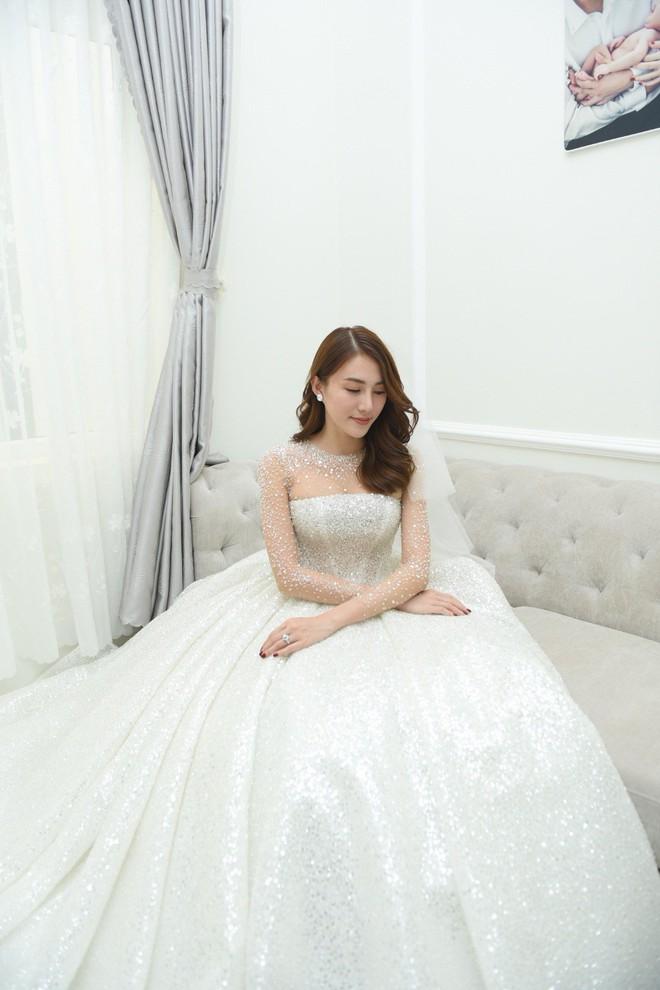 """Ngắm bộ váy cưới """"Lọ Lem"""" trị giá 400 triệu của Lê Hà, dân tình cũng mê chiếc váy trắng của """"công chúa tí hon"""" không kém - Ảnh 3."""