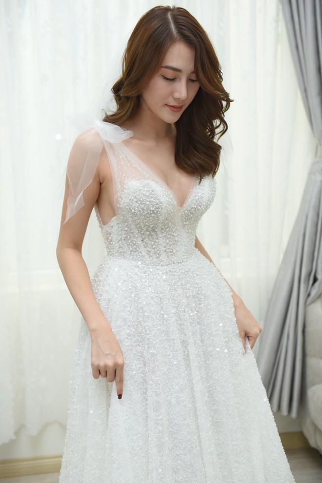 """Ngắm bộ váy cưới """"Lọ Lem"""" trị giá 400 triệu của Lê Hà, dân tình cũng mê chiếc váy trắng của """"công chúa tí hon"""" không kém - Ảnh 4."""