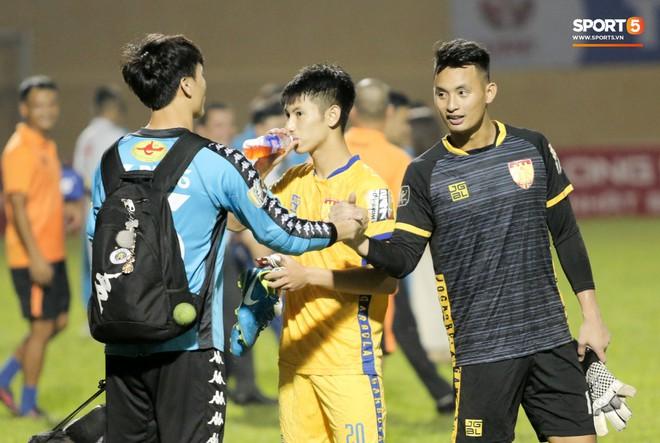 Bùi Tiến Dũng chán nản, không khí Hà Nội FC như đưa đám sau trận thua thảm trước CLB Thanh Hoá - Ảnh 4.
