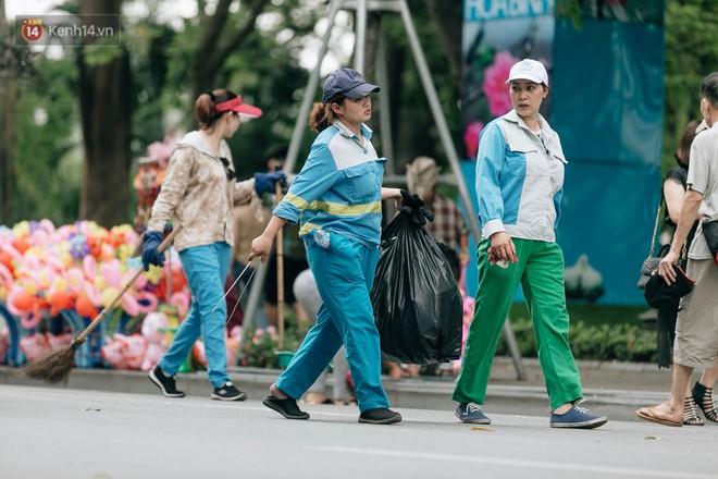 Phố đi bộ Hồ Gươm đẹp đẽ, sạch bong sau khi treo biển sẽ ghi hình, xử phạt 7 triệu đồng nếu vứt rác bừa bãi - Ảnh 12.