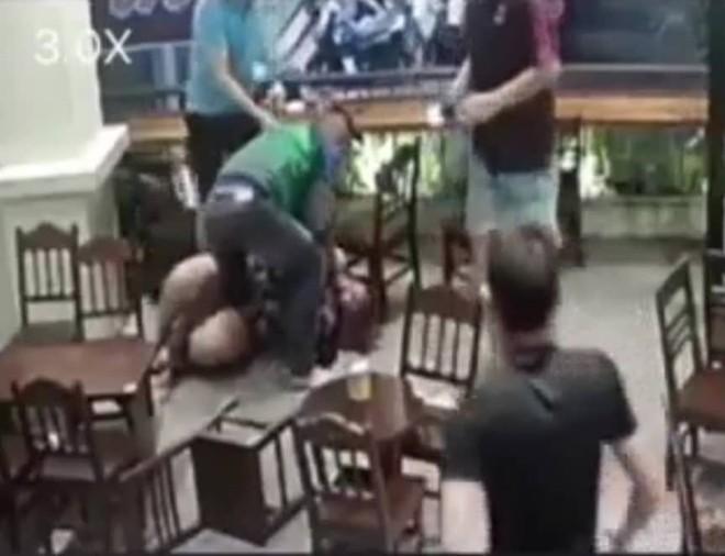 Hà Nội: Nam thanh niên túm tóc, tát liên tục vào người cô gái trong quán cafe, nhân viên đến can ngăn cũng bị đánh và dọa dẫm - Ảnh 2.