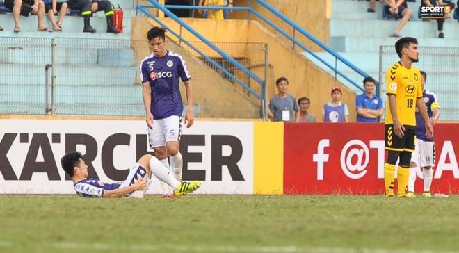 Tiền vệ Singapore chơi tiểu xảo với Đình Trọng, phải nhận thẻ đỏ rời sân - Ảnh 1.