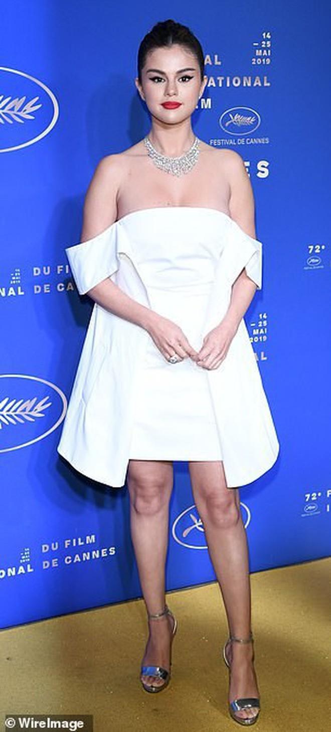 Lộng lẫy đi dự tiệc tối hậu Cannes, Selena Gomez khiến dân tình tá hỏa với gương mặt trắng phớ và chân thô - Ảnh 2.