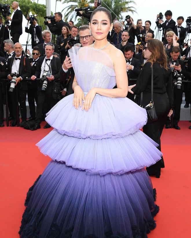 Muốn lịm đi với màn tập hợp váy công chúa ngày khai mạc Cannes 2019, bộ nào cũng bồng bềnh thần tiên quá đỗi - Ảnh 2.