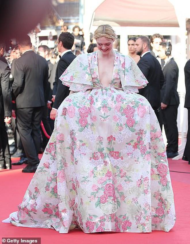 """Thảm đỏ Cannes ngày 2: Thiên thần Victoria's Secret suýt lộ hàng, """"Phạm Băng Băng Thái Lan"""" xinh như tiên tử - Ảnh 17."""