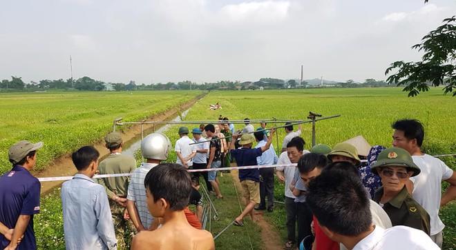 Hà Nội: Phát hiện thi thể nam thanh niên cạnh chiếc xe máy ngoài cánh đồng lúa - Ảnh 1.