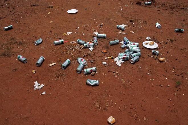 """""""Bãi chiến trường"""" tại khu đất trống Đà Lạt sau cuộc nhậu của nhóm người đi ô tô khiến dân tình lắc đầu ngán ngẩm - Ảnh 3."""