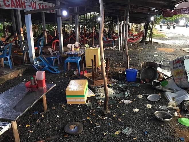 Sau khi đánh khách đổ máu vì thắc mắc hủ tiếu 100.000 đồng/tô, quán ăn ở Long An bị người lạ đến đập phá - Ảnh 2.