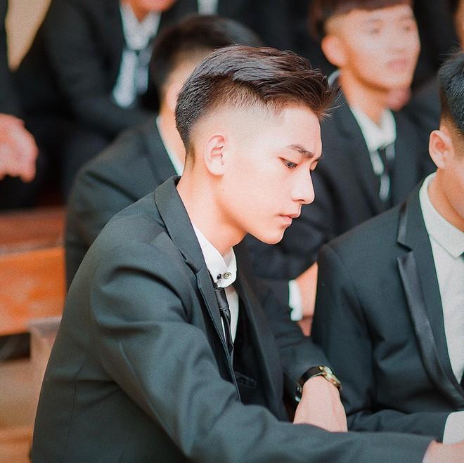 Không phải idol Hàn đang ký tặng fan đâu, đây là sinh viên ngành IT sinh năm 2000 được xin info tích cực đấy! - Ảnh 1.