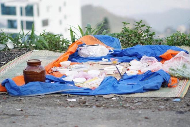 """""""Bãi chiến trường"""" toàn rác thải do nhóm phượt thủ bỏ lại Tam Đảo sau đêm đốt lá»a trại khiến nhiều người bức xúc - Ảnh 3."""