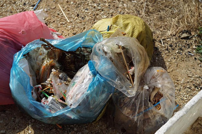 """Nhóm bạn trẻ đu dây dọn rác tại vách đá ven biển Nha Trang: """"Chúng mình không làm để được khen, chỉ thấy hạnh phúc mà thôi"""" - Ảnh 4."""