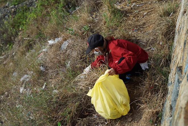 """Nhóm bạn trẻ đu dây dọn rác tại vách đá ven biển Nha Trang: """"Chúng mình không làm để được khen, chỉ thấy hạnh phúc mà thôi"""" - Ảnh 7."""