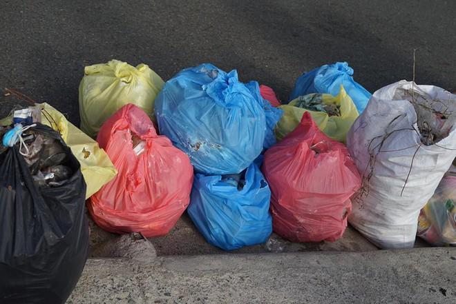 """Nhóm bạn trẻ đu dây dọn rác tại vách đá ven biển Nha Trang: """"Chúng mình không làm để được khen, chỉ thấy hạnh phúc mà thôi"""" - Ảnh 9."""