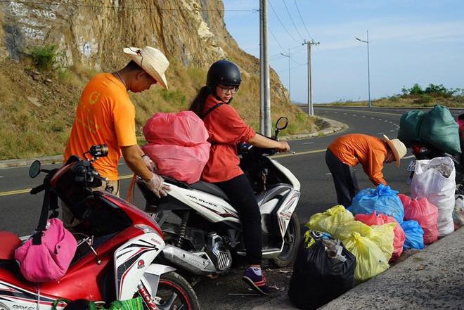 """Nhóm bạn trẻ đu dây dọn rác tại vách đá ven biển Nha Trang: """"Chúng mình không làm để được khen, chỉ thấy hạnh phúc mà thôi"""" - Ảnh 10."""