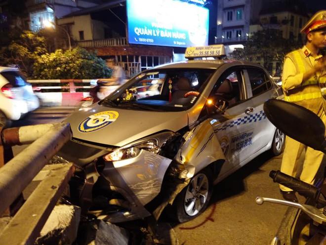Hà Nội: Nam tài xế ngủ gật, xe taxi đâm vào thành cầu Chương Dương - Ảnh 1.