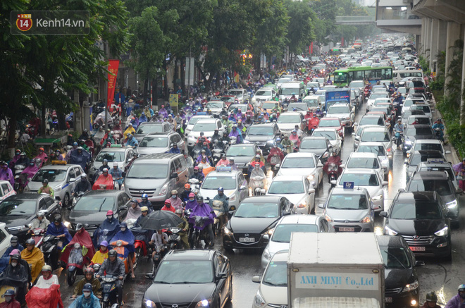 """Ảnh: Hà Nội đón """"mưa vàng"""" giải nhiệt sau đợt nắng nóng kinh hoàng, nhiều tuyến đường ùn tắc giờ cao điểm - Ảnh 6."""