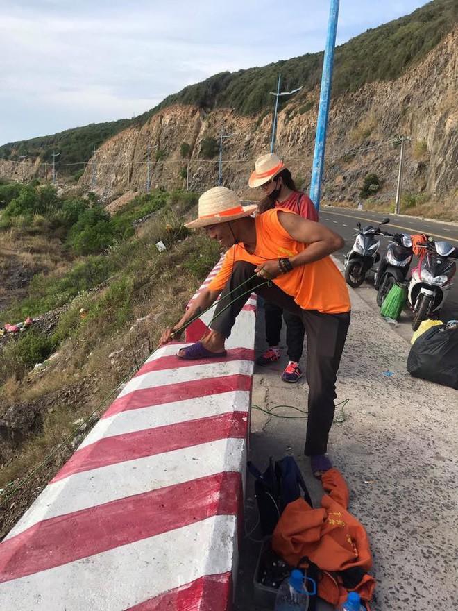 """Nhóm bạn trẻ đu dây dọn rác tại vách đá ven biển Nha Trang: """"Chúng mình không làm để được khen, chỉ thấy hạnh phúc mà thôi"""" - Ảnh 6."""