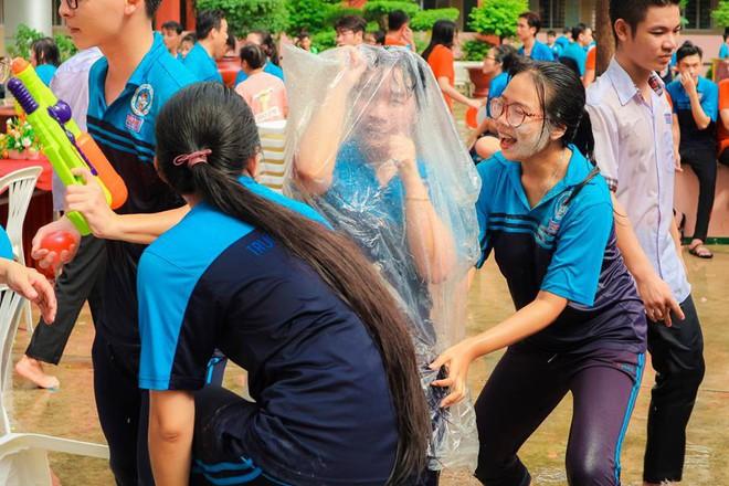 Thấy học sinh dùng súng nước bắn nhau ngày bế giảng, thầy hiệu phó mang hẳn vòi cứu hoả ra phun nước chống lại toàn trường! - Ảnh 13.