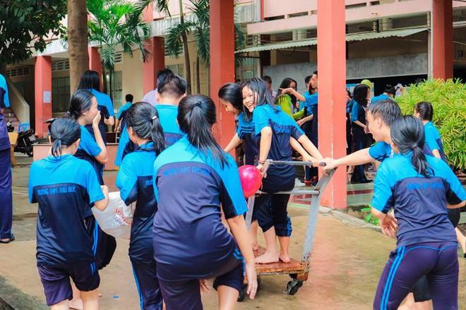 Thấy học sinh dùng súng nước bắn nhau ngày bế giảng, thầy hiệu phó mang hẳn vòi cứu hoả ra phun nước chống lại toàn trường! - Ảnh 11.
