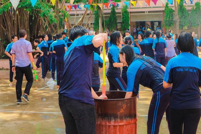 Thấy học sinh dùng súng nước bắn nhau ngày bế giảng, thầy hiệu phó mang hẳn vòi cứu hoả ra phun nước chống lại toàn trường! - Ảnh 9.