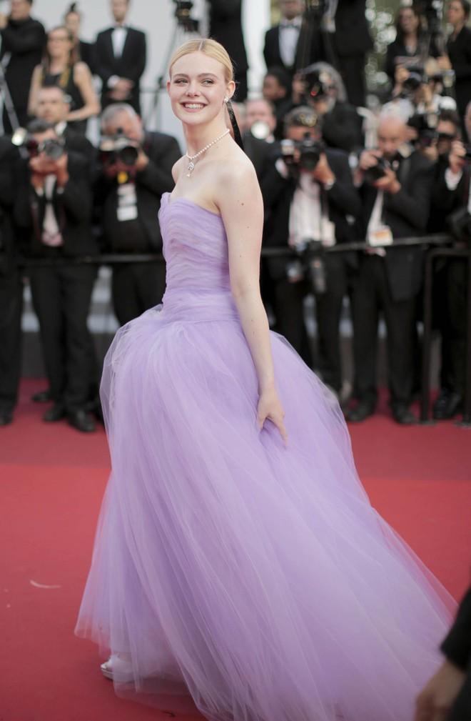 """""""Giám khảo trẻ nhất lịch sử Cannes"""" Elle Fanning: Đẹp vô thực, từ bóng của chị gái thành """"cô tiên nước Mỹ"""" quyền lực - Ảnh 17."""