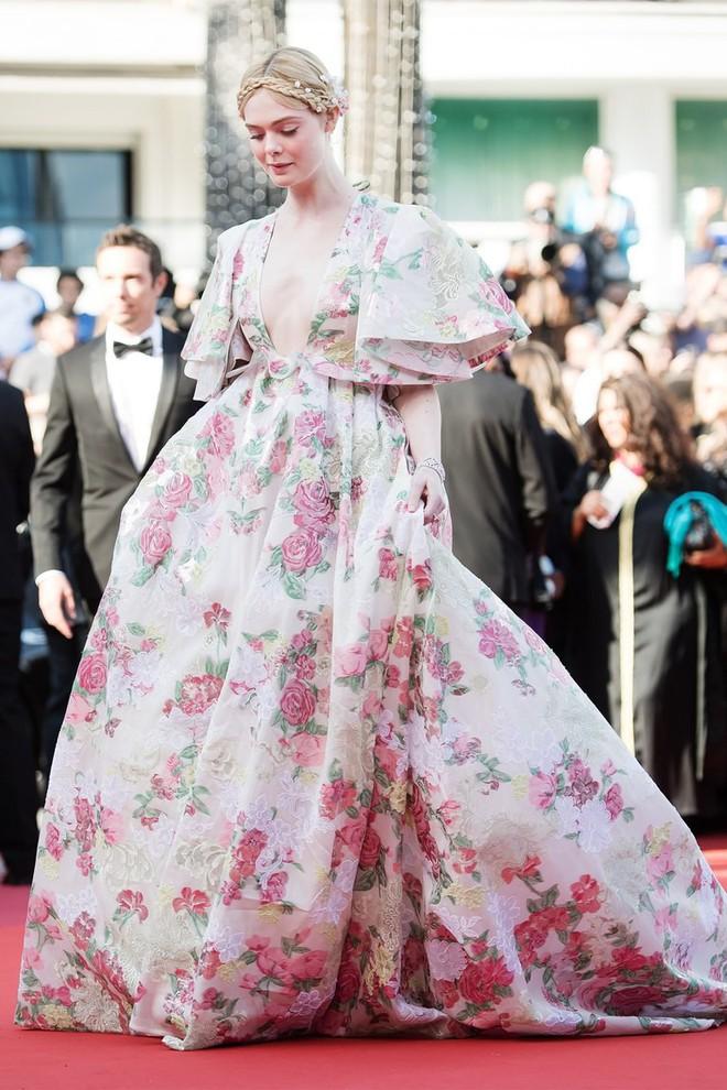 """""""Giám khảo trẻ nhất lịch sử Cannes"""" Elle Fanning: Đẹp vô thực, từ bóng của chị gái thành """"cô tiên nước Mỹ"""" quyền lực - Ảnh 21."""