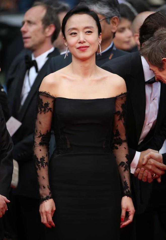"""Nữ minh tinh xứ Hàn lên thảm đỏ Cannes: Jeon Ji Hyun và """"mẹ Kim Tan"""" gây choáng ngợp, nhưng sao nhí này mới đáng nể - Ảnh 12."""