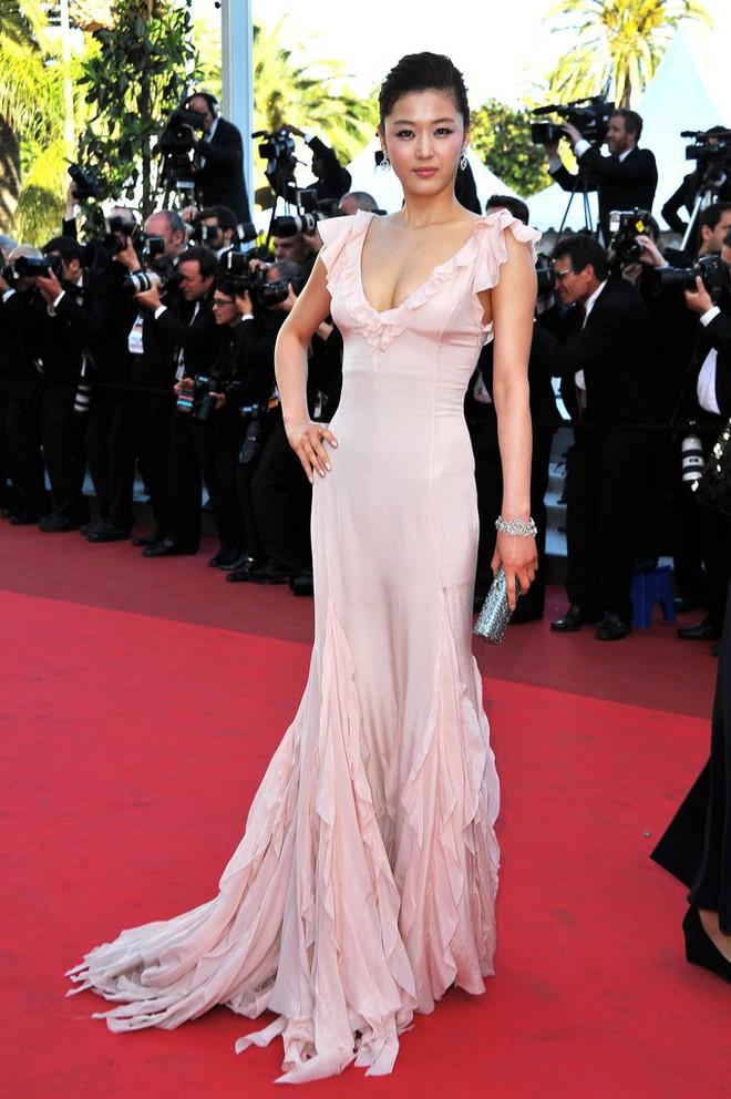 """Nữ minh tinh xứ Hàn lên thảm đỏ Cannes: Jeon Ji Hyun và """"mẹ Kim Tan"""" gây choáng ngợp, nhưng sao nhí này mới đáng nể - Ảnh 4."""