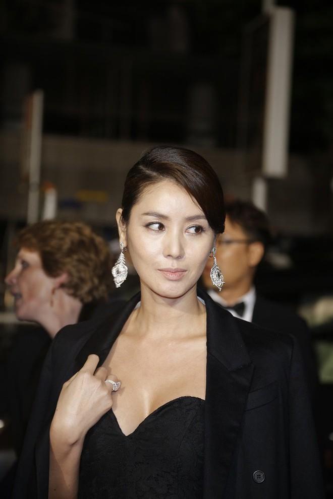 """Nữ minh tinh xứ Hàn lên thảm đỏ Cannes: Jeon Ji Hyun và """"mẹ Kim Tan"""" gây choáng ngợp, nhưng sao nhí này mới đáng nể - Ảnh 9."""