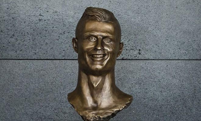 Sau Ronaldo, cộng đồng mạng lại thêm một lần phì cười với bức tượng xấu ma chê quỷ hờn của huyền thoại MU - Ảnh 3.