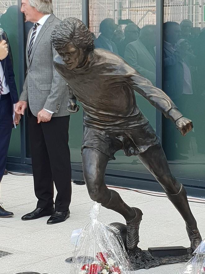 Sau Ronaldo, cộng đồng mạng lại thêm một lần phì cười với bức tượng xấu ma chê quỷ hờn của huyền thoại MU - Ảnh 2.