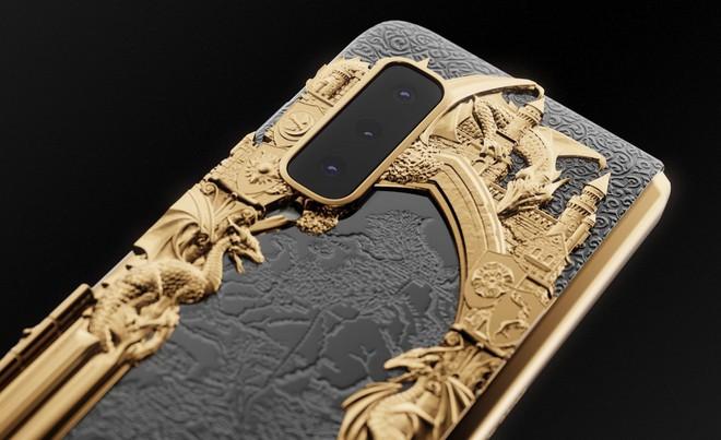 Chiêm ngưỡng Galaxy Fold dát vàng cho fan cuồng Game of Thrones: Vỏn vẹn 7 chiếc, đắt gần 200 triệu đồng - Ảnh 4.
