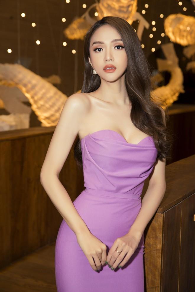 Hương Giang diện váy ôm sát gợi cảm, nhận giải Top 50 Phụ nữ ảnh hưởng nhất Việt Nam - Ảnh 1.