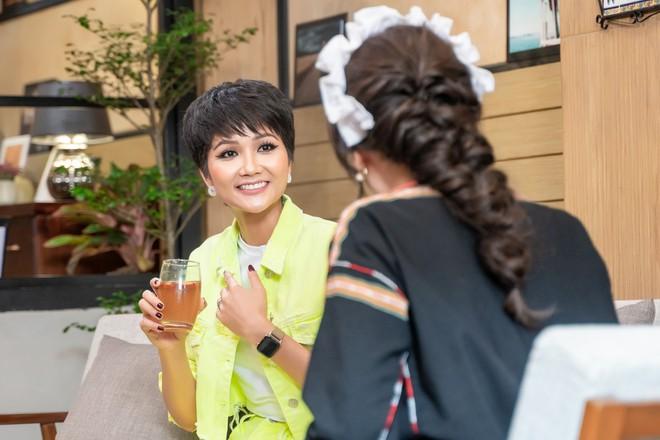 Hari Won làm cô phục vụ cho Minh Hằng, Lan Ngọc, Eunjung (T-ara)... trong show thực tế mới - Ảnh 5.