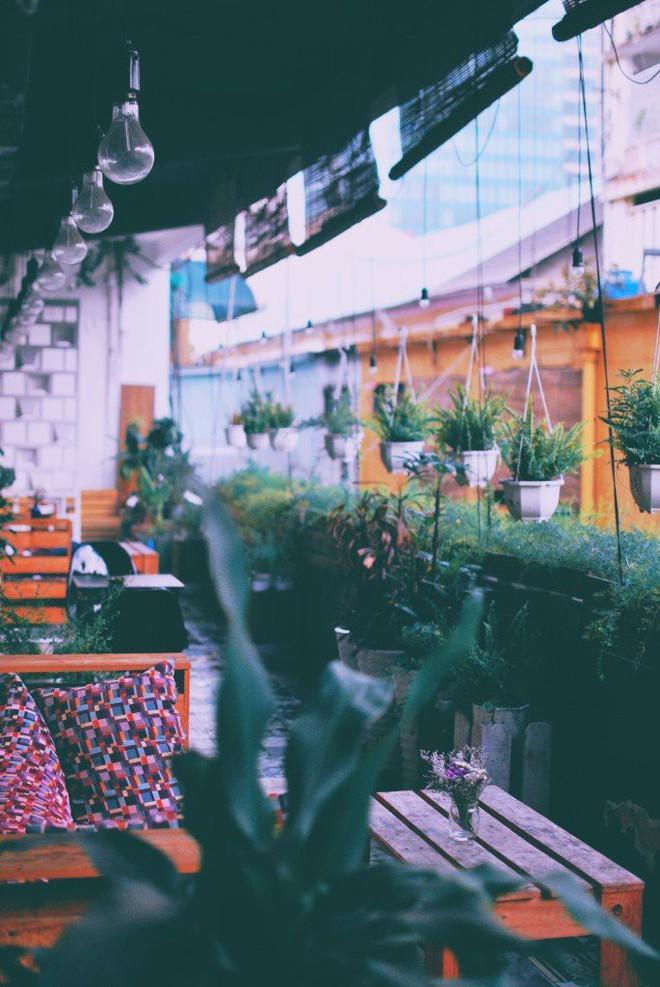 """Sài Gòn cuối tuần có mấy quán cà phê """"chill"""" phết: chốn về bình yên cho những tâm hồn mệt nhoài - Ảnh 1."""