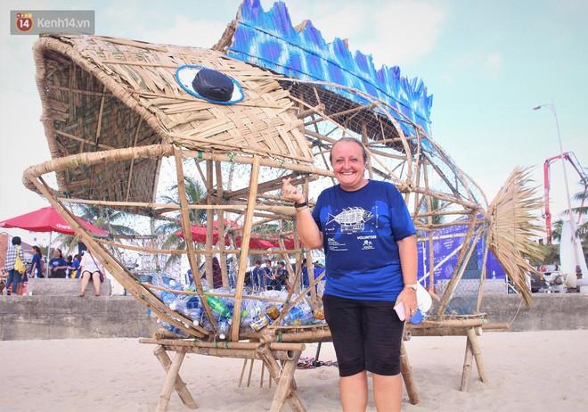 Nữ giáo viên ngoại quốc cùng sinh viên Đà Nẵng tạo nên chú cá Bống khổng lồ ăn rác thải nhựa trên bờ biển - Ảnh 4.