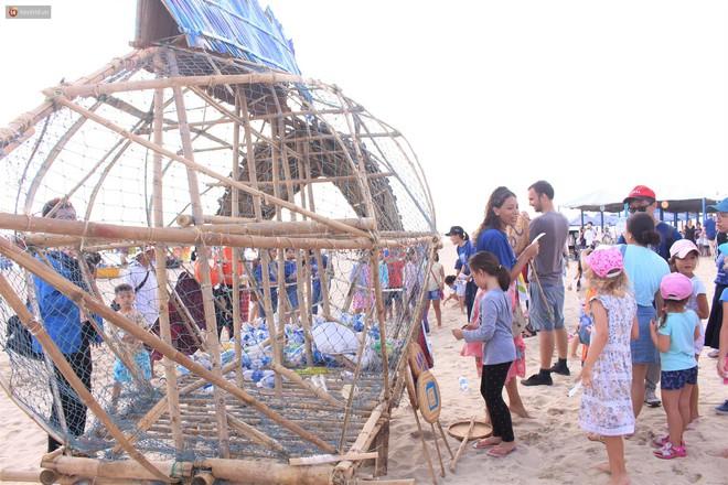 """Nữ giáo viên ngoại quốc cùng sinh viên Đà Nẵng tạo nên chú cá Bống khổng lồ """"ăn"""" rác thải nhựa trên bờ biển - Ảnh 9."""