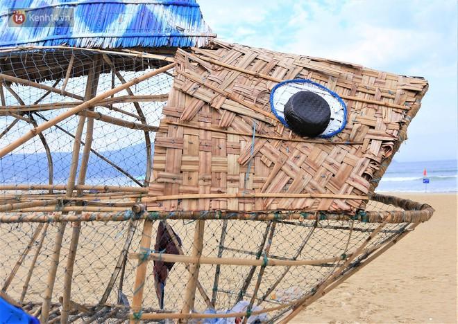 """Nữ giáo viên ngoại quốc cùng sinh viên Đà Nẵng tạo nên chú cá Bống khổng lồ """"ăn"""" rác thải nhựa trên bờ biển - Ảnh 5."""