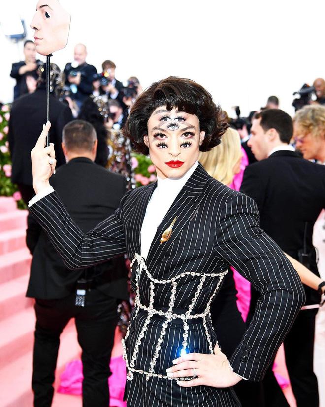 """Met Gala 2019: Khó ai """"chơi lớn"""" bằng Lady Gaga, Katy Perry chuyển từ đèn chùm thành burger nhưng """"chặt chém"""" không kém là nam nhân dát vàng nằm kiệu - Ảnh 13."""