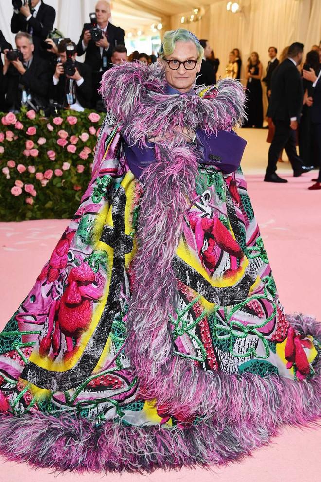 """Met Gala 2019: Khó ai """"chơi lớn"""" bằng Lady Gaga, Katy Perry hóa đèn chùm nhưng """"chặt chém"""" không kém là nam nhân dát vàng nằm kiệu - Ảnh 19."""
