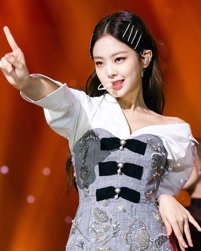 """Jennie tiếp tục bị chỉ trích vì """"được"""" mặc outfit khác biệt nhưng sự thật có phải thế? - Ảnh 4."""