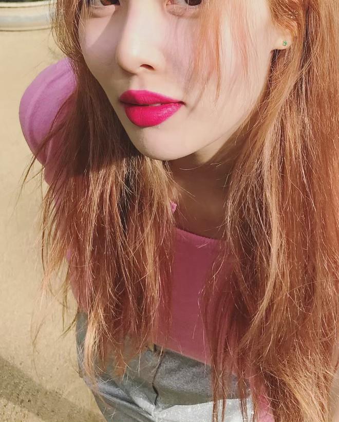 Muốn vừa xinh vừa ra dáng cô nàng sành điệu, bạn phải sắm ngay màu son này cùng 2 cách makeup sau đây - Ảnh 1.