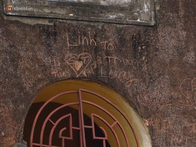 Xuất hiện nhiều bút tích xấu xí và phản cảm trên cột gỗ chùa Côn Sơn khiến cộng đồng mạng ngán ngẩm - Ảnh 3.