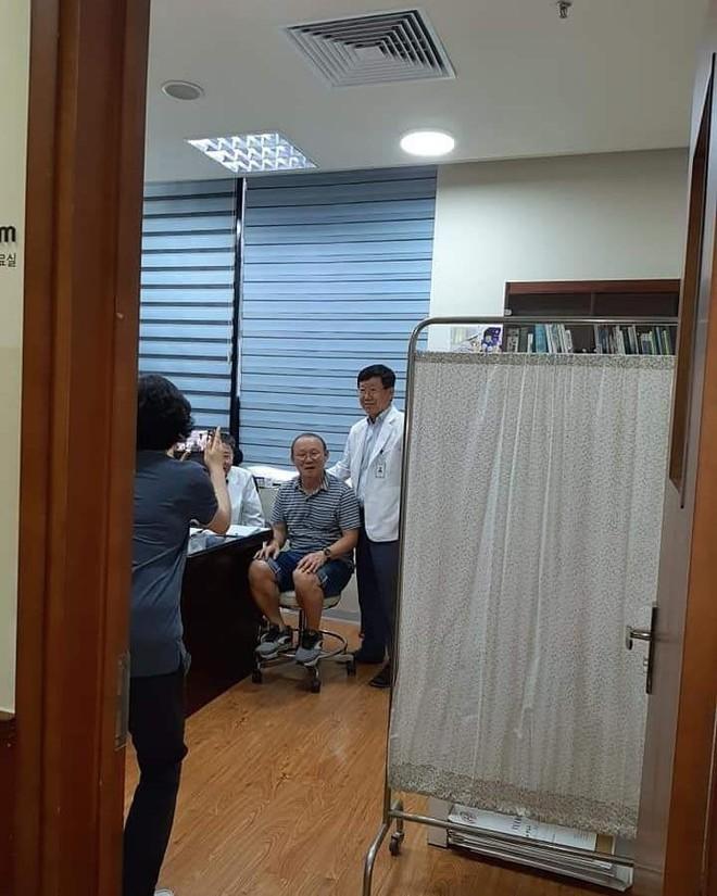HLV Park Hang-seo gặp vấn đề về sức khỏe, phải đi khám gấp khi về tới Việt Nam  - Ảnh 1.