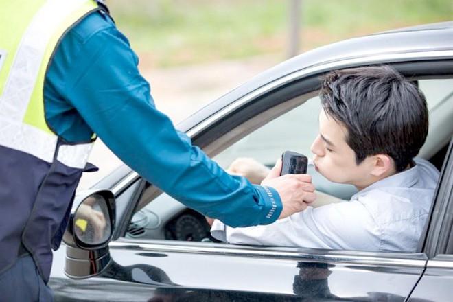 Uống 1 cốc soju trước khi lái xe có thể bị phạt tới 100 triệu - Ảnh 1.