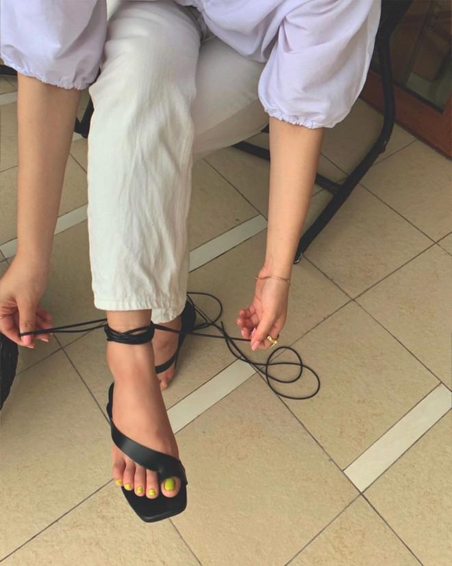 Sandals quai mảnh: Item mảnh mai nhẹ nhàng mà hợp gu từ hội bánh bèo đến nàng cá tính sang chảnh - Ảnh 2.