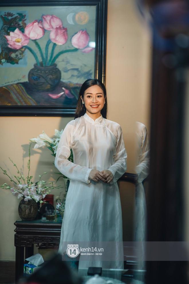 Ngắm MC Phí Linh đẹp nền nã khi diện 2 bộ áo dài trong lễ ăn hỏi với bạn trai đồng nghiệp - Ảnh 6.